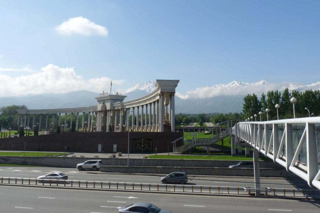 Pomník Nararbajeva, Almaty, Kazachstán