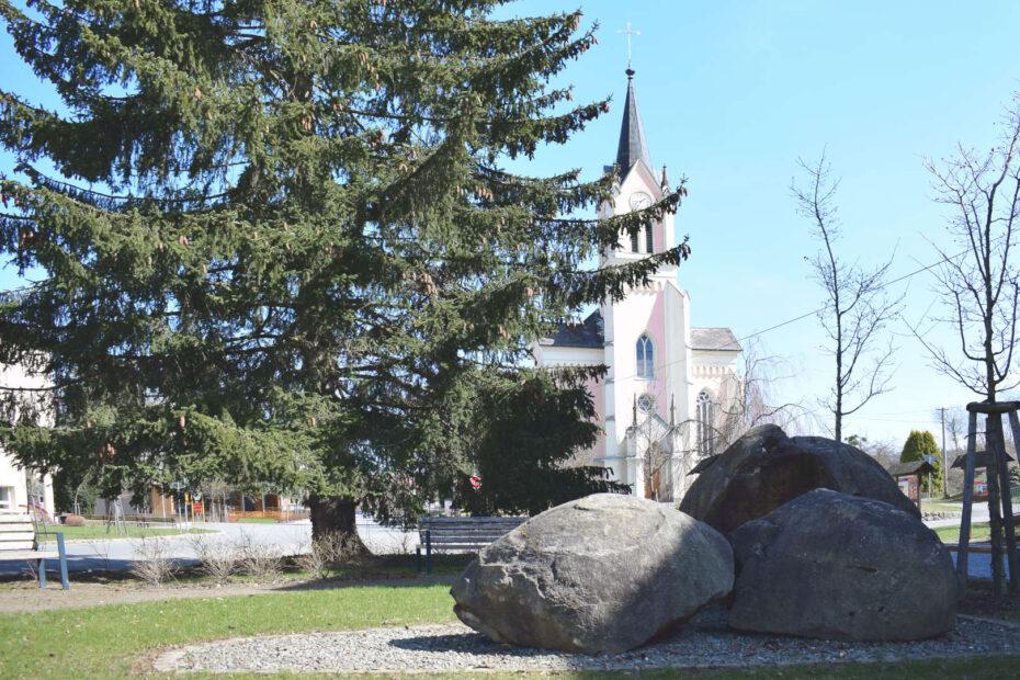 Vidče, kostel, kamenné koule