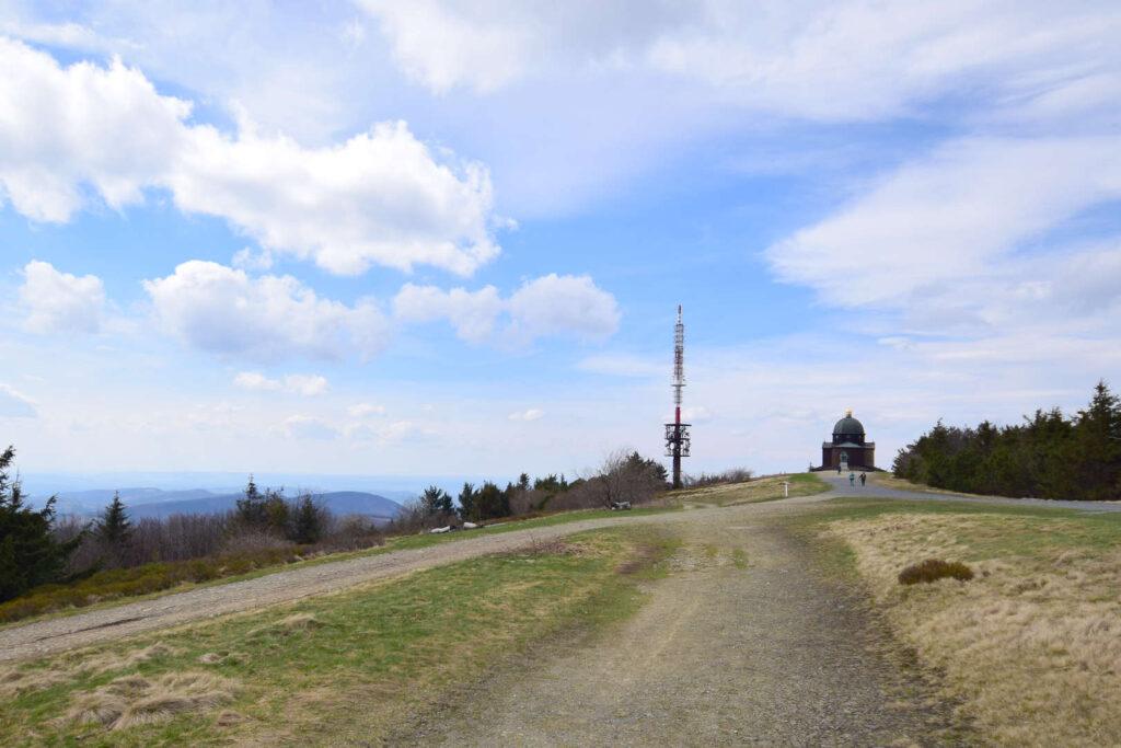 Vysílač a kaple na Radhošti