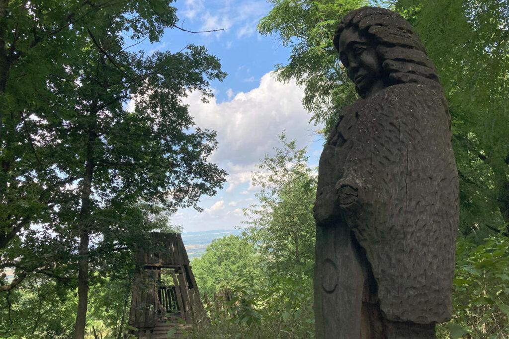 Šumárník, rozhledna a dřevěná socha